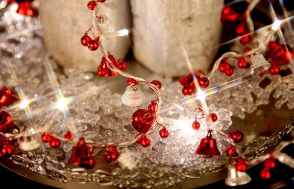 Led lichterkette mit metall gl ckchen und roten kugeln batteriebetrieb deko sch nes f r zuhause - Weihnachtsdeko kugeln beleuchtet ...